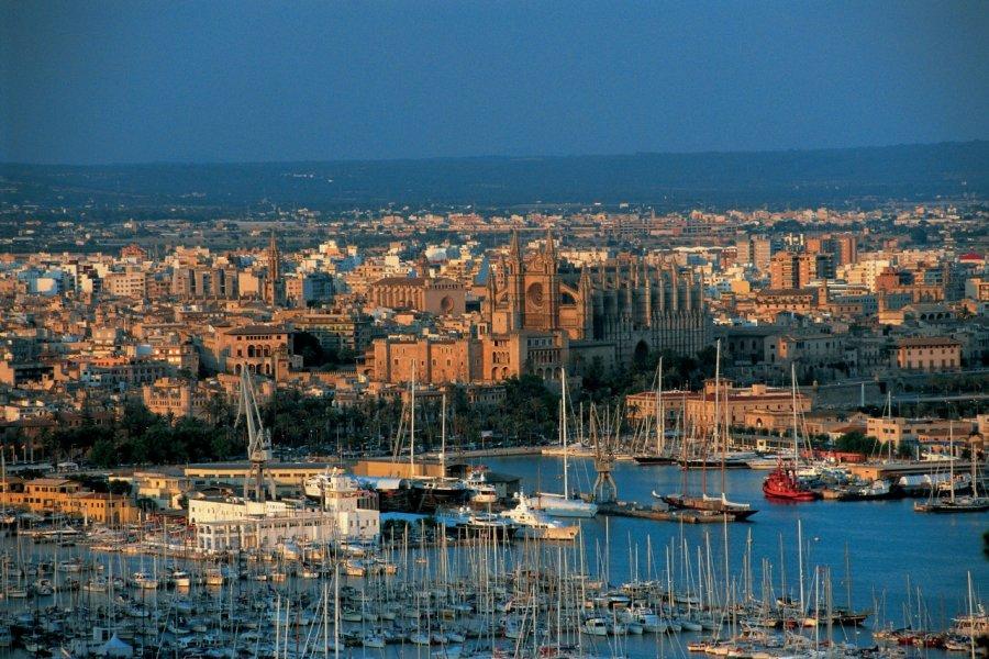 Vue sur le port et la cathédrale de Palma de Majorque. (© S.Nicolas - Iconotec))