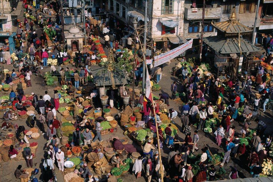 Marché quotidien au coeur du quartier d'Asan Tole. Les maraîchers déballent leur étal à même le sol, sur une toile. (© Author's Image))