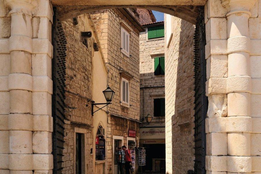 Ruelle derrière une ancienne porte de la ville. (© Torsten Becker))