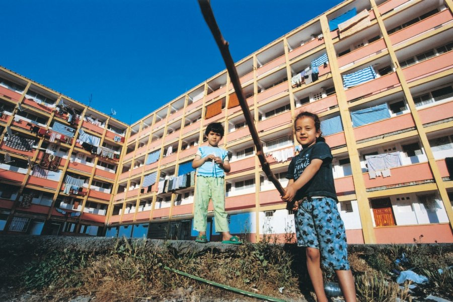 Enfants jouant devant leur immeuble de Bejaïa. (© Sébastien CAILLEUX))