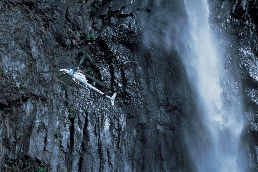 Hélicoptère longeant la cascade du Trou de Fer. (© D. Cati - Iconotec))