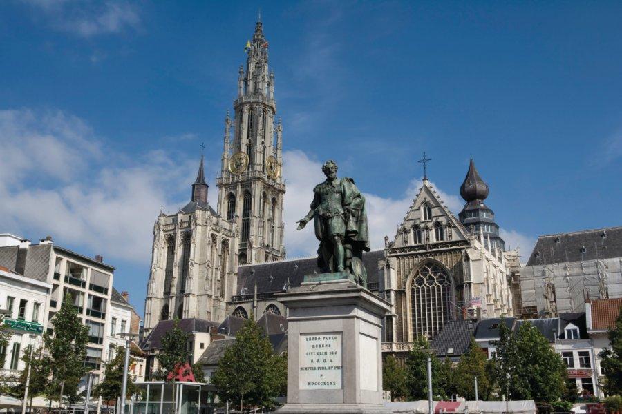 Statue de Rubens et cathédrale Notre-Dame-d'Anvers. (© Author's Image))