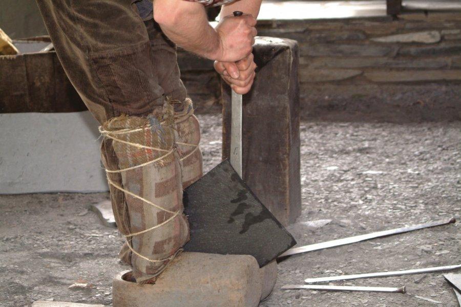 Fente d'ardoise entre jambes, musée de l'Ardoise (© Le musée de l'Ardoise))