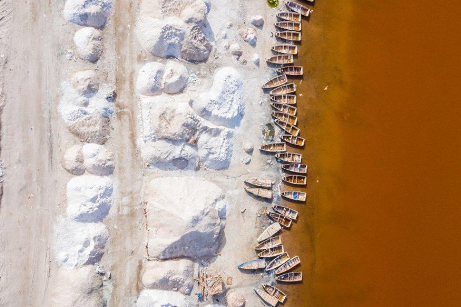 Le lac Retba doit sa teinte rose orangée à des micro algues. (© Curioso.Photography - Shutterstock.com))