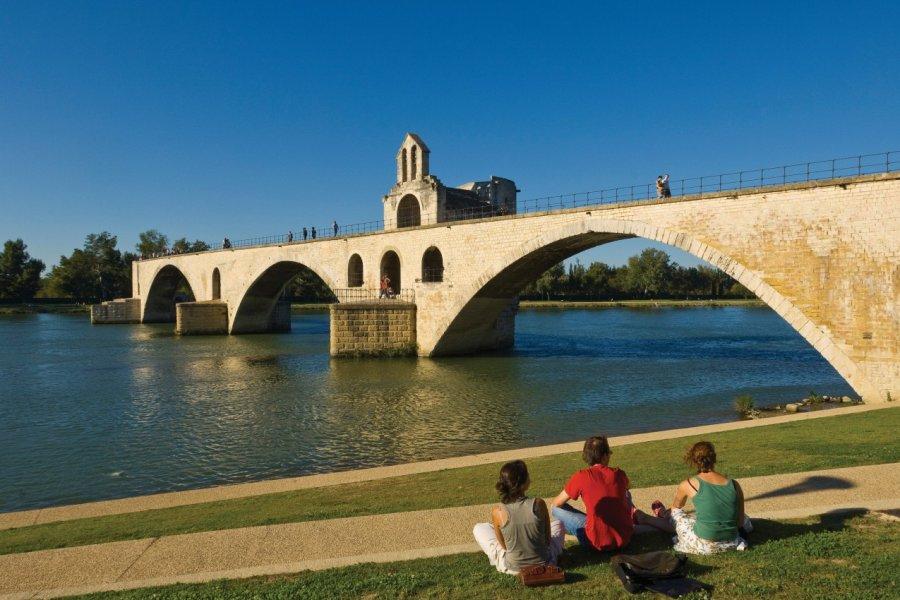 Pont Saint-Bénézet et église Saint Nicolas. (© Kaos03))