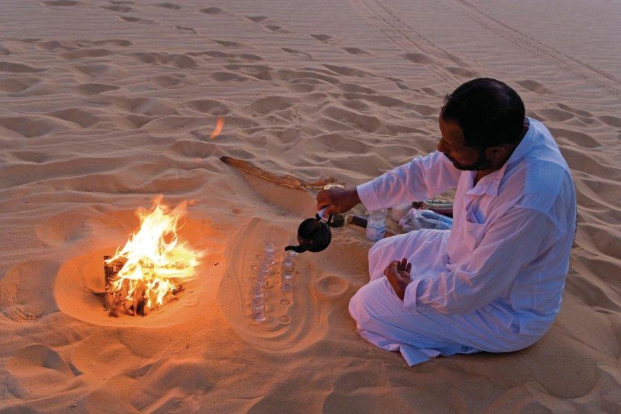 Grande mer de sable, préparation traditionnelle du thé. (© Sylvain GRANDADAM))