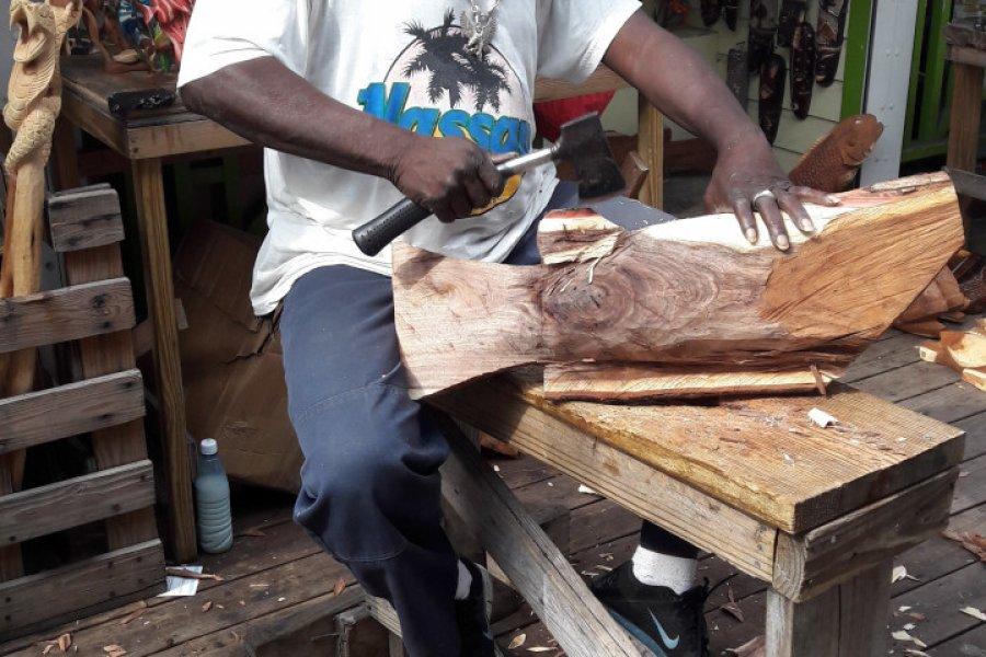 Sculpteur sur bois de Nassau au straw market. (© Roxane LAMOUILLE))