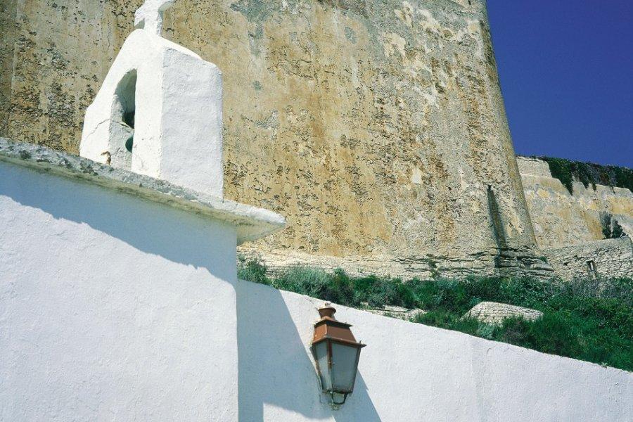 Chapelle à l'entrée de la citadelle de Bonifacio (© GIUSEPPE ROSSI - ICONOTEC))