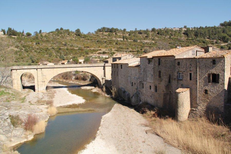 Vue du village avec le vieux pont, Lagrasse (© Yan Even))