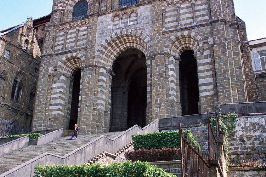 La façade de la cathédrale Notre-Dame du Puy-en-Velay (© PHOVOIR))
