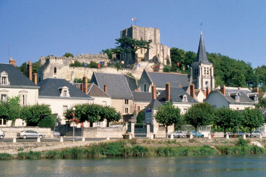 Le donjon, l'église Sainte-Croix et le village au bord du Cher - Montrichard (© OLIVIER.BOST - XILOPIX))