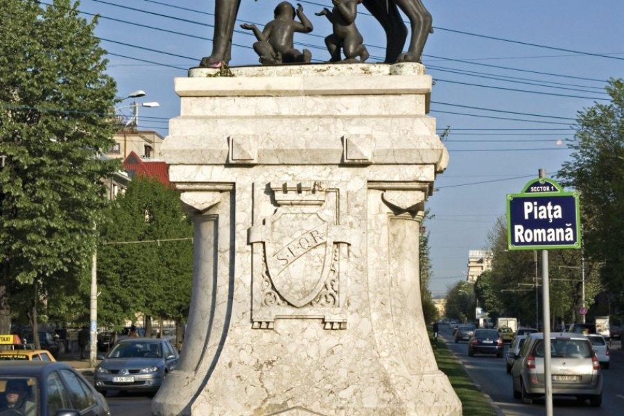 Place Romana, sculpture de la louve allaitant Rémus et Romulus. (© Alamer - Iconotec))