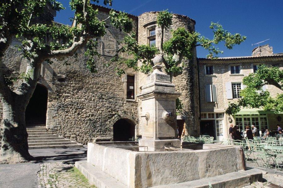 Fontaine sur une place de Gordes (© Irène ALASTRUEY - Author's Image))