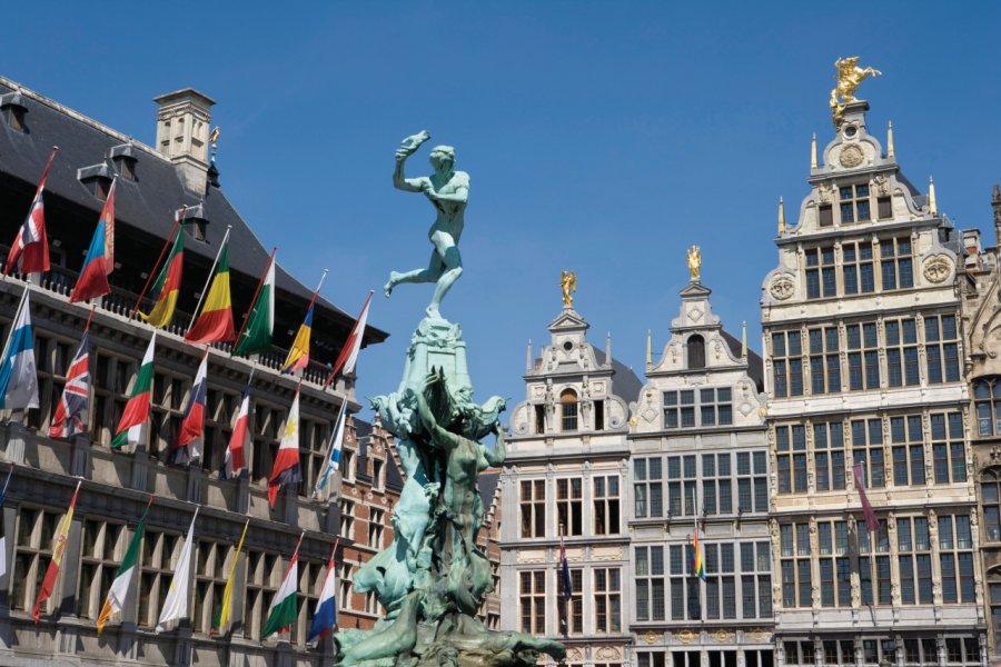 Statue de Silvius Brabo entourée par l'Hôtel de Ville et les maisons de guildes bordant la Grand-Place. (© Author's Image))
