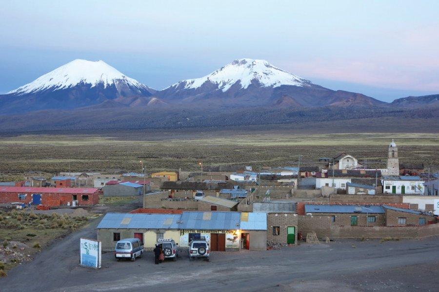 Le village de Sajama avec en toile de fond les stratovolcans Parinacota à gauche et Pomerape. (© Grégory ANDRE))