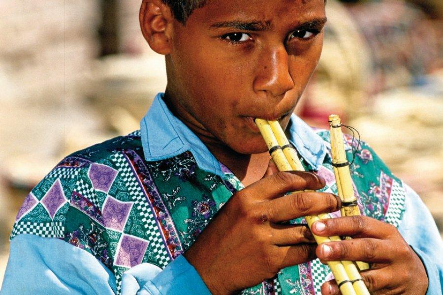 Jeune garçon proposant des flûtes, oasis du Fayoum. (© Sylvain GRANDADAM))