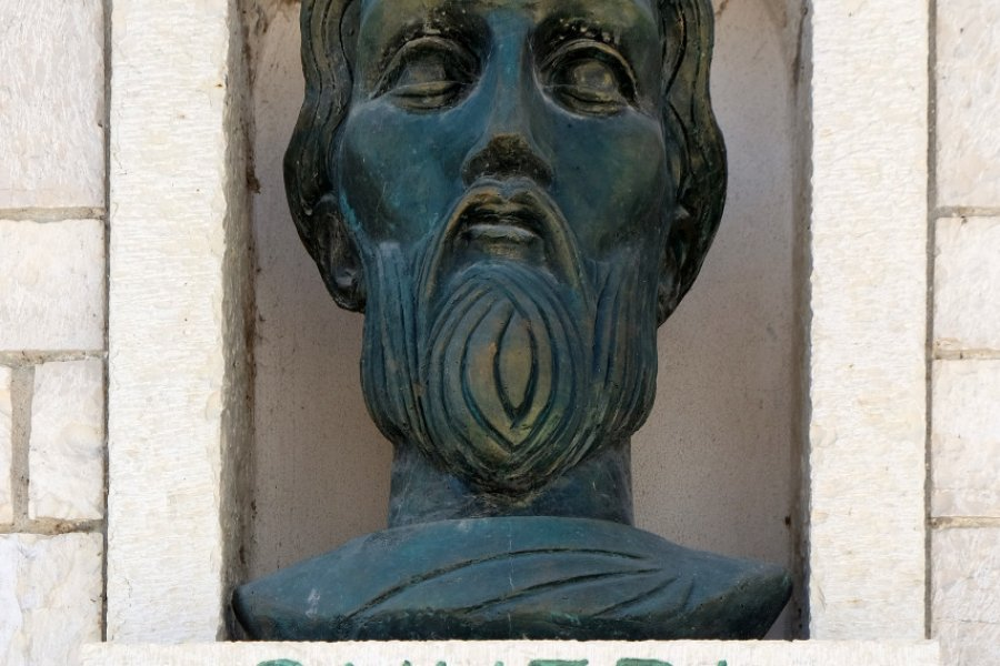 Statue du peintre Onufri, à Berat. (© Zvonimir Atletic - Shuterstock.com))