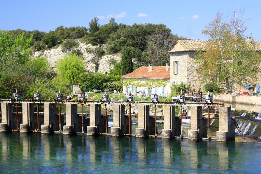 Fontaine de Vaucluse, vannes sur la Sorgue au pied de l'aqueduc. (© HOCQUEL Alain - Coll. CDT Vaucluse))