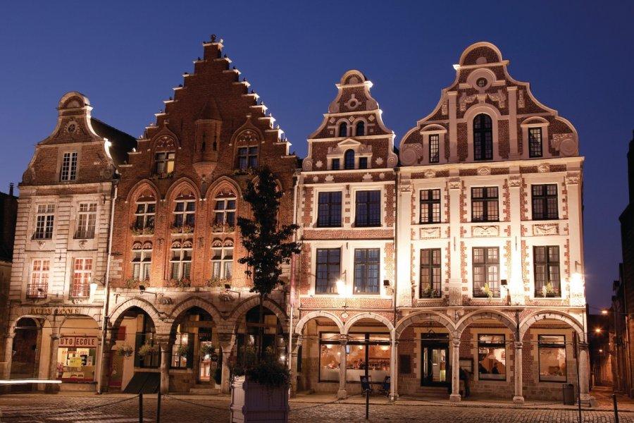 Les façades à arcades des maisons (XVIIe/XVIIIe) de la Grand Place (© Olivier LECLERCQ))