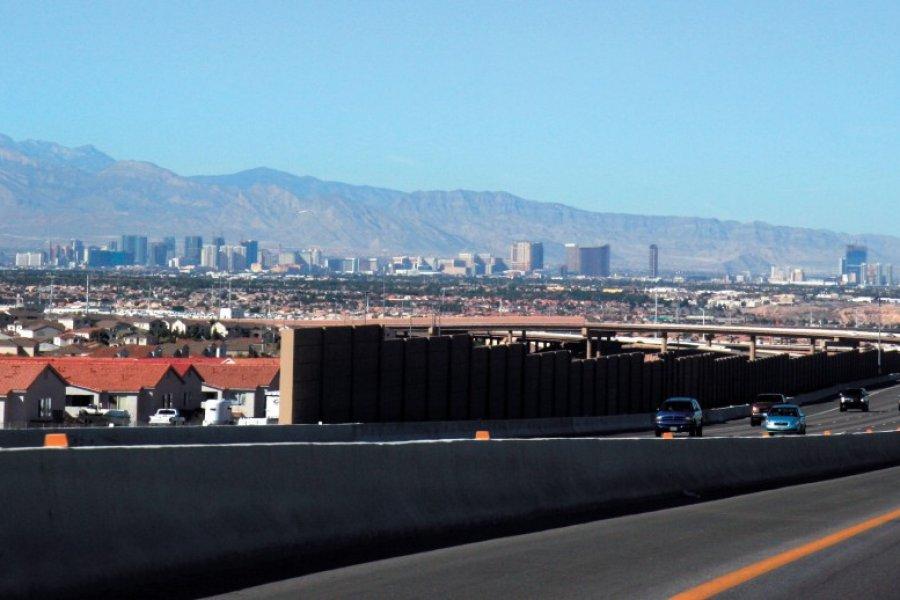 En plein milieu du désert Las Vegas et sa Stratosphère Tower. (© Stéphan SZEREMETA))