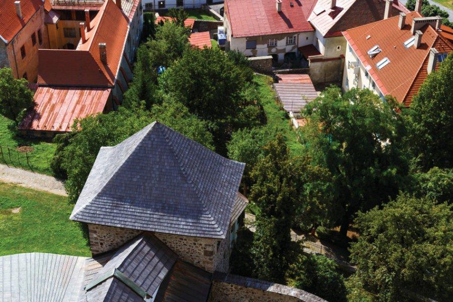Vue du clocher de l'église dans le château. (© milangonda))