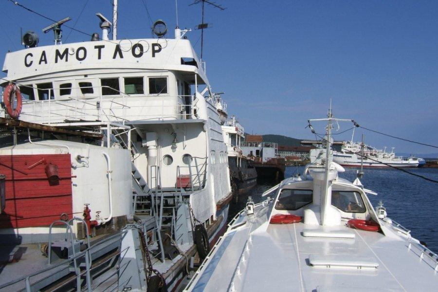 Bateaux de pêche dans le port de Listvianka (© Stéphan SZEREMETA))