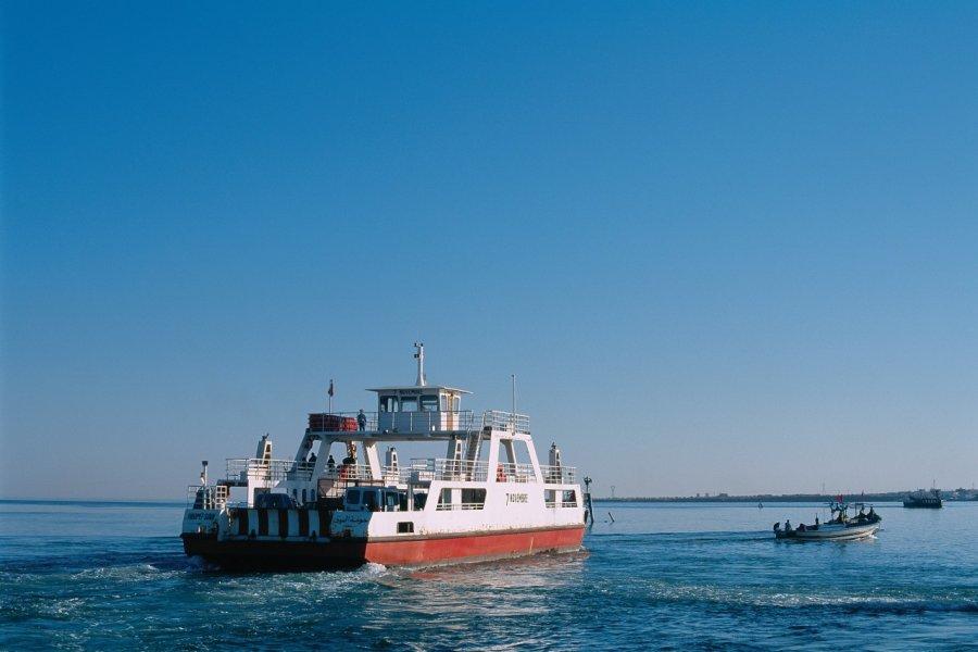 Port d'Ajim, bac pour le continent. (© Author's Image))