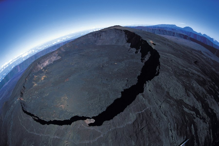 Survol du cratère du Piton de la Fournaise. (© Atamu RAHI - Iconotec))