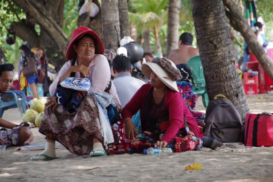 Vendeuses sur les plages à Kuta. (© Sally Bataillard))