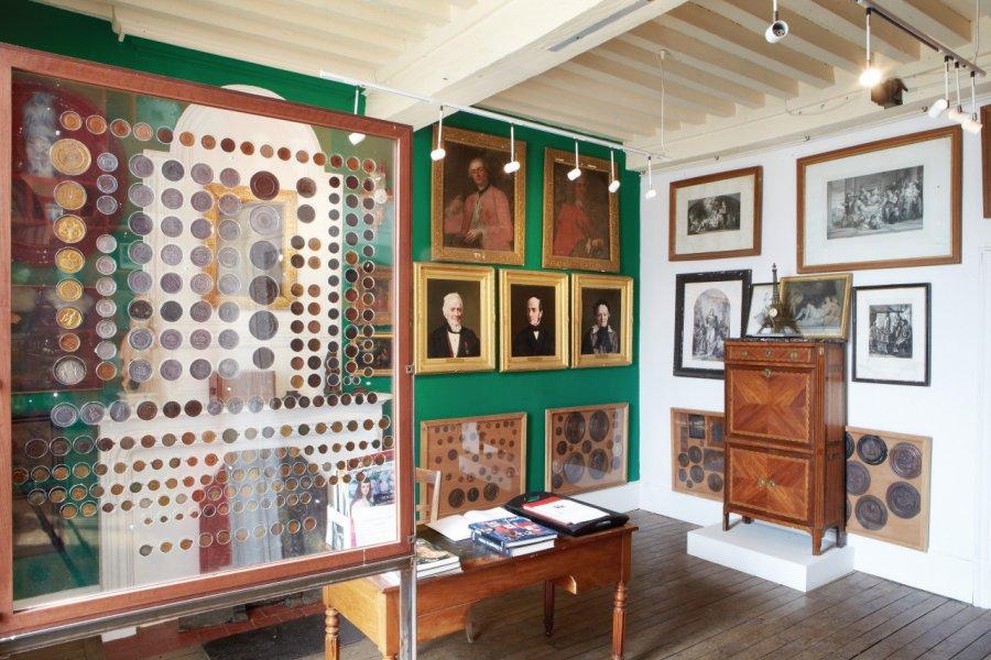 Cabinet de curiosités rendant hommage au fondateur du musée. (© MUSÉE DES ARTS NAIFS ET POPULAIRES DE NOYERS))