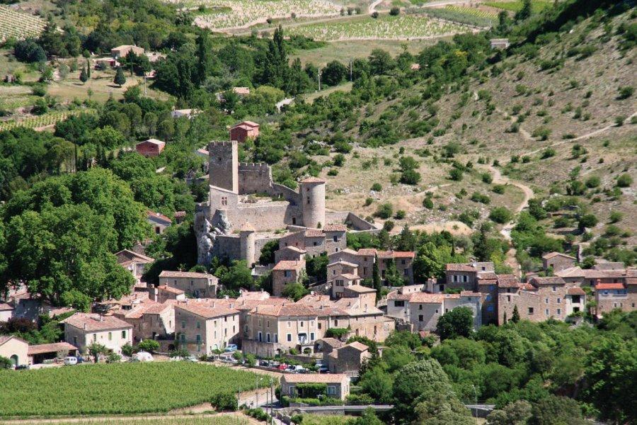 Le village de Saint-Jean-de-Buèges et son château (© Stéphan SZEREMETA))