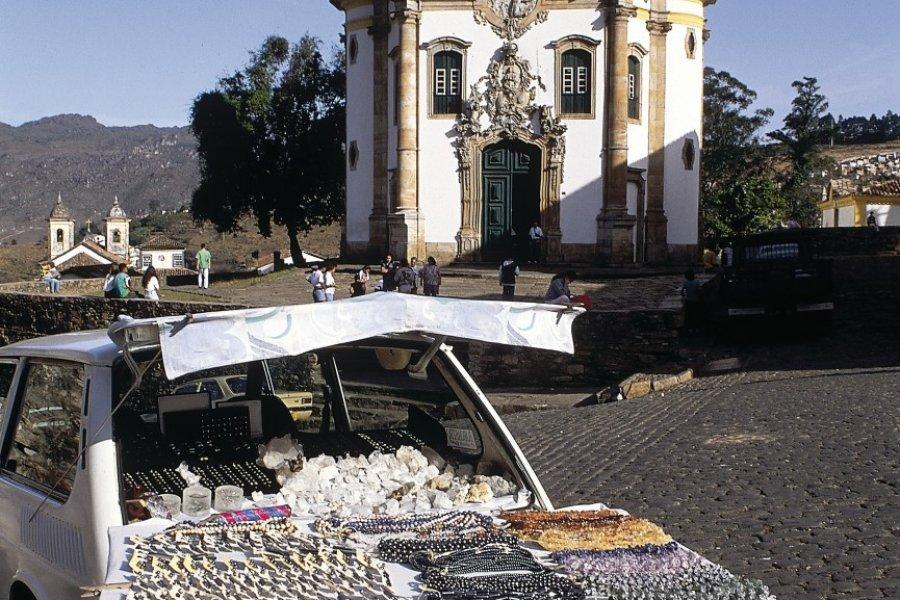 Étal devant une église. (© Cesario DA FONSECA - Iconotec))
