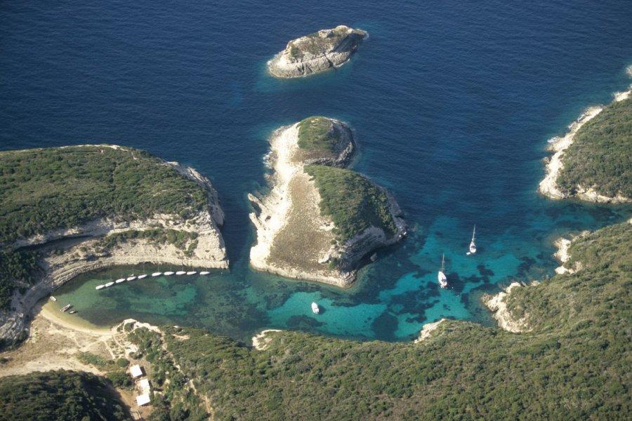 Vue aérienne d'une crique à Bonifacio (© VINCENT FORMICA))