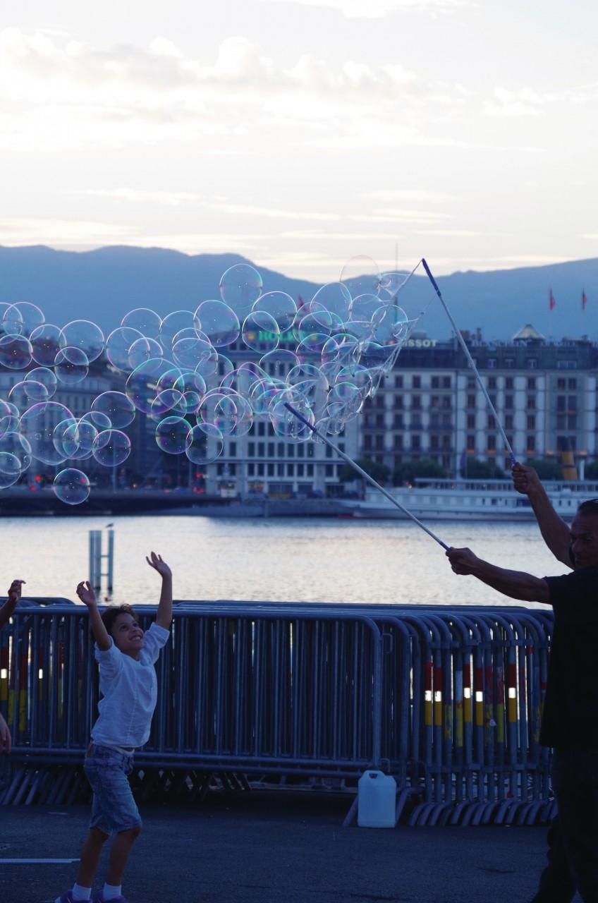 Jeu de bulles sur le quai Gustavel Ador. (© Séverine VULLIEZ))