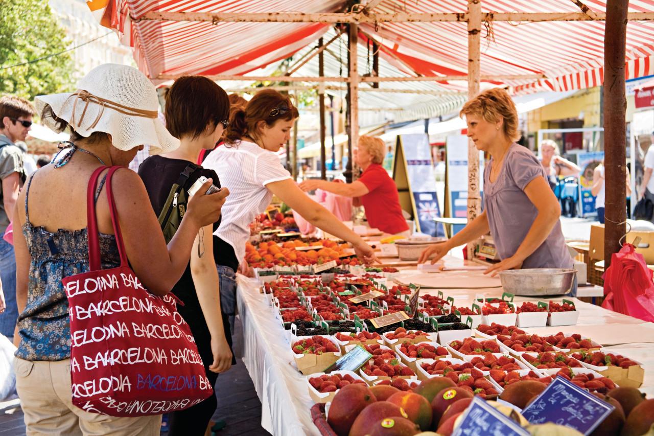 Marché du Cours Saleya dans le Vieux Nice. (© Sime))