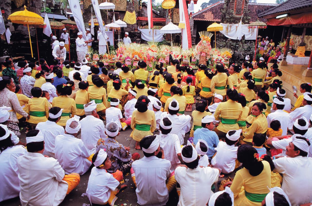 Las ofrendas para templos permanecen ancladas en la tradición.