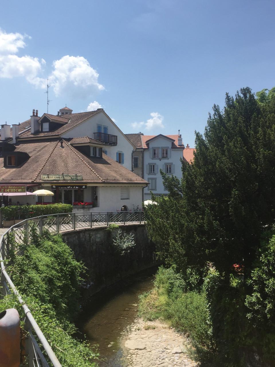 Centre historique de Chêne-Bourg et sa rivière. (© Séverine VULLIEZ))