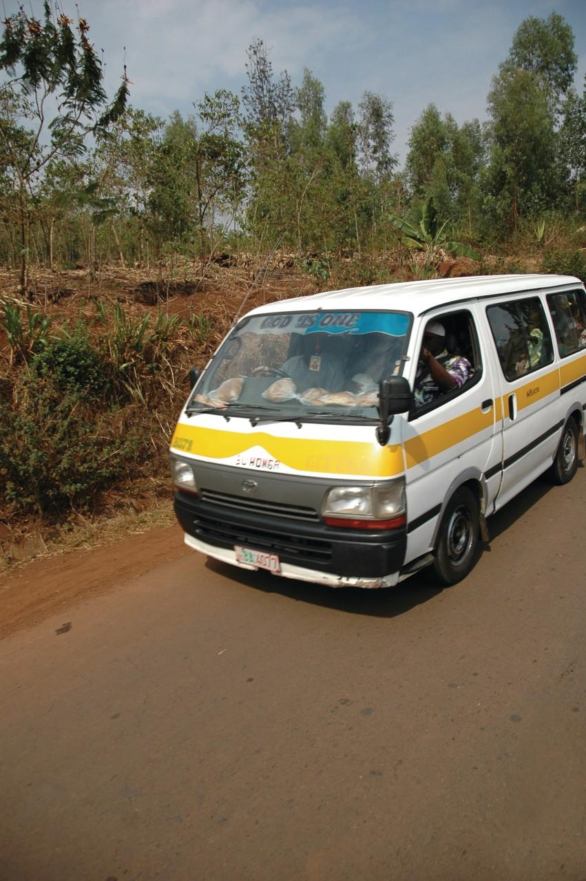 De nombreux minibus sillonnent le pays. (© Thomas VERVISCH))
