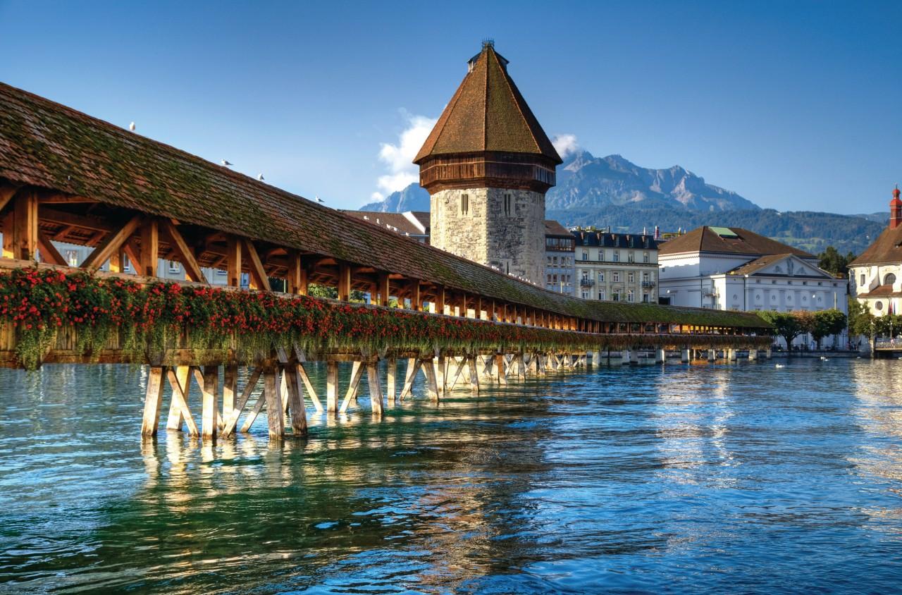 Le fameux pont en bois de Lucerne. (© Chaoss - iStockphoto))