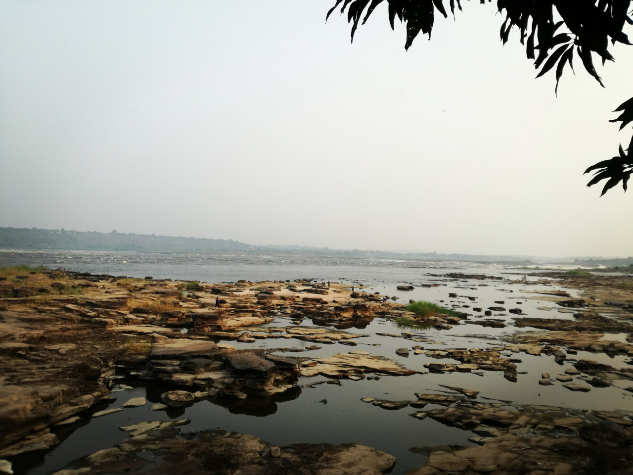 Les cataractes du fleuve Congo en saison sèche. (© Benoît Lognoné))