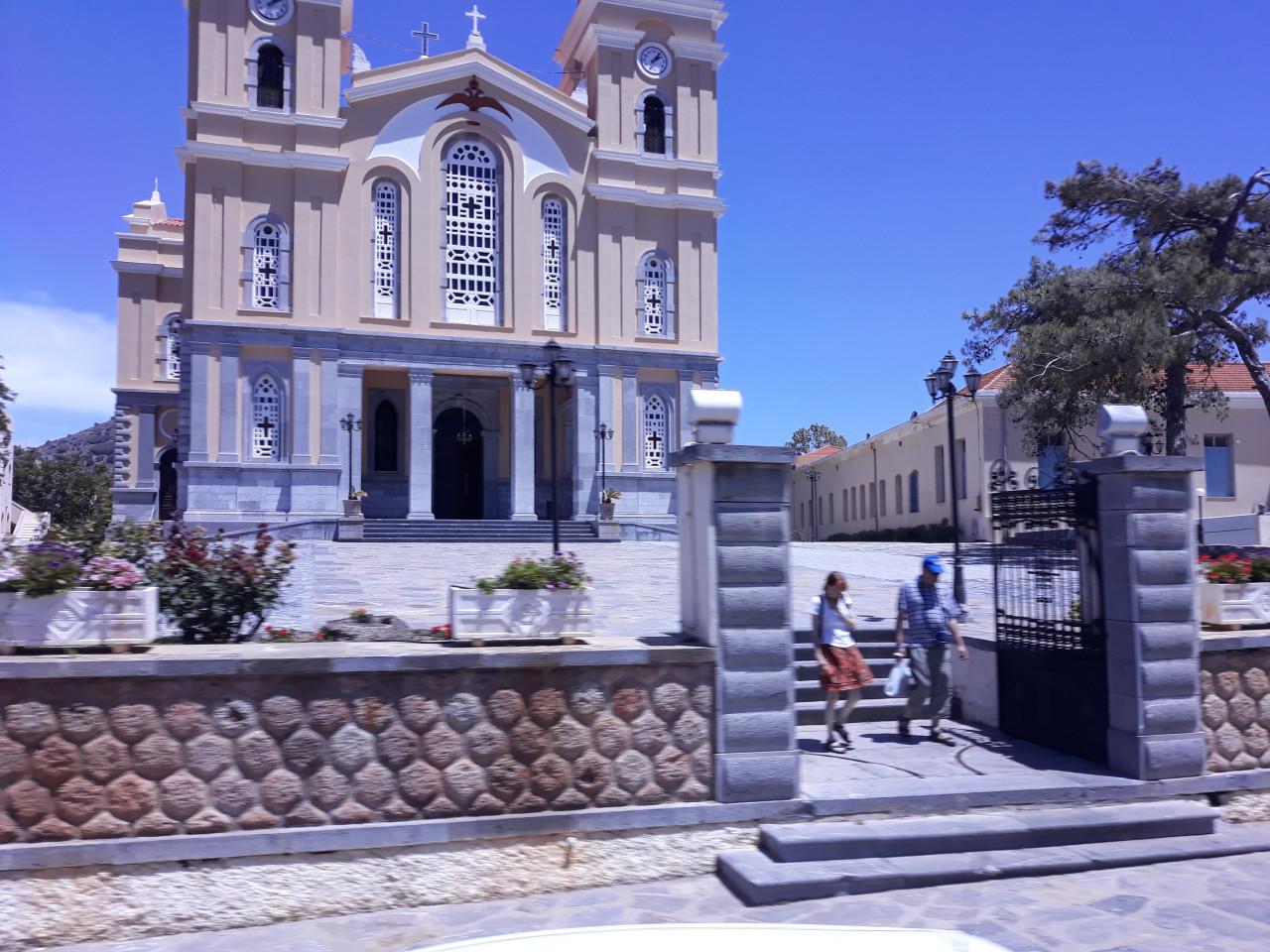 L'imposante église de la place centrale de Neapoli. (© Alex VUCKOVIC))