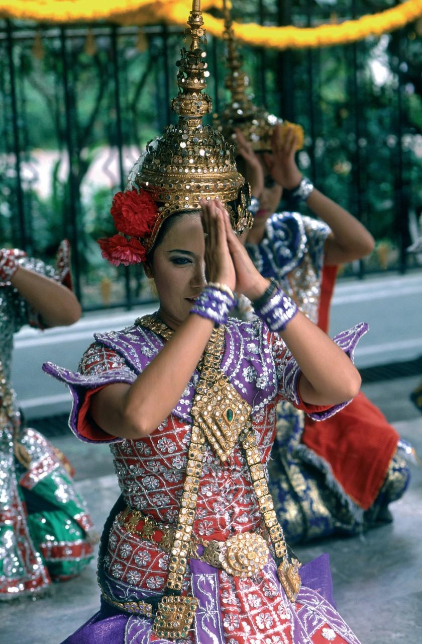 Danseuse en costume traditionnel. (© S.Nicolas - Iconotec))