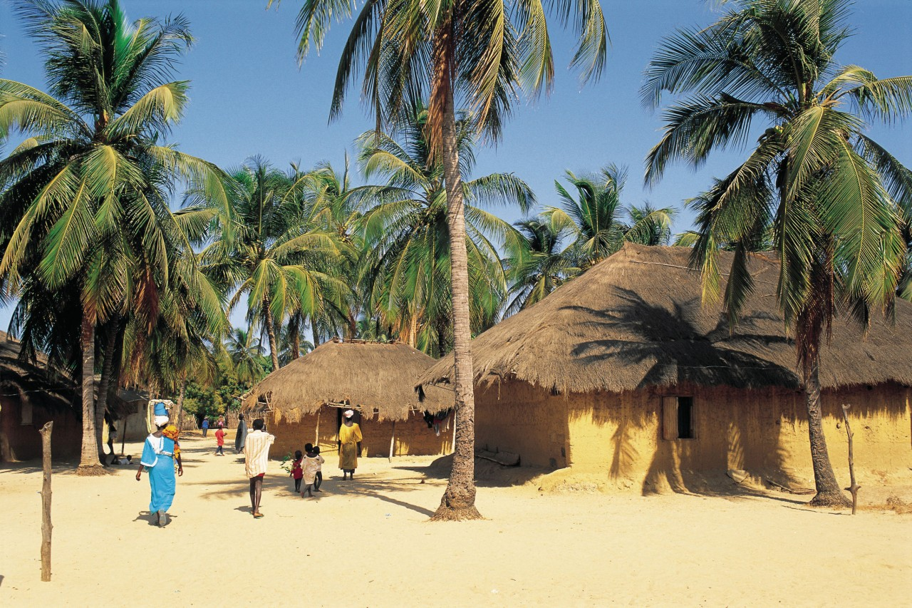 Huttes sur une plage de Casamance. (© S.Nicolas - Iconotec))
