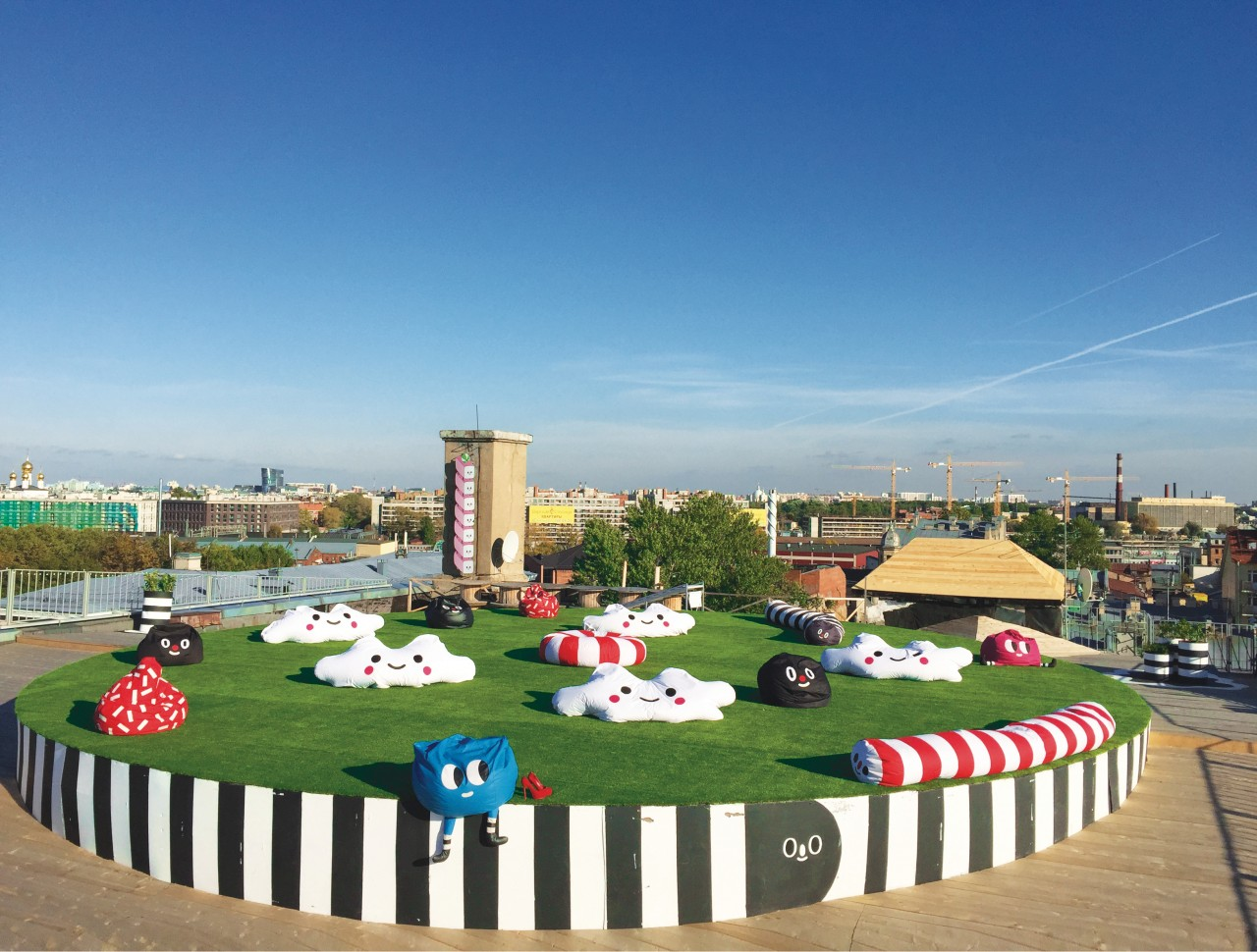 Le rooftop ludique du Loft Project Etazhi jouit d'une vue imprenable sur la ville. (© Loft Project Etazhi))