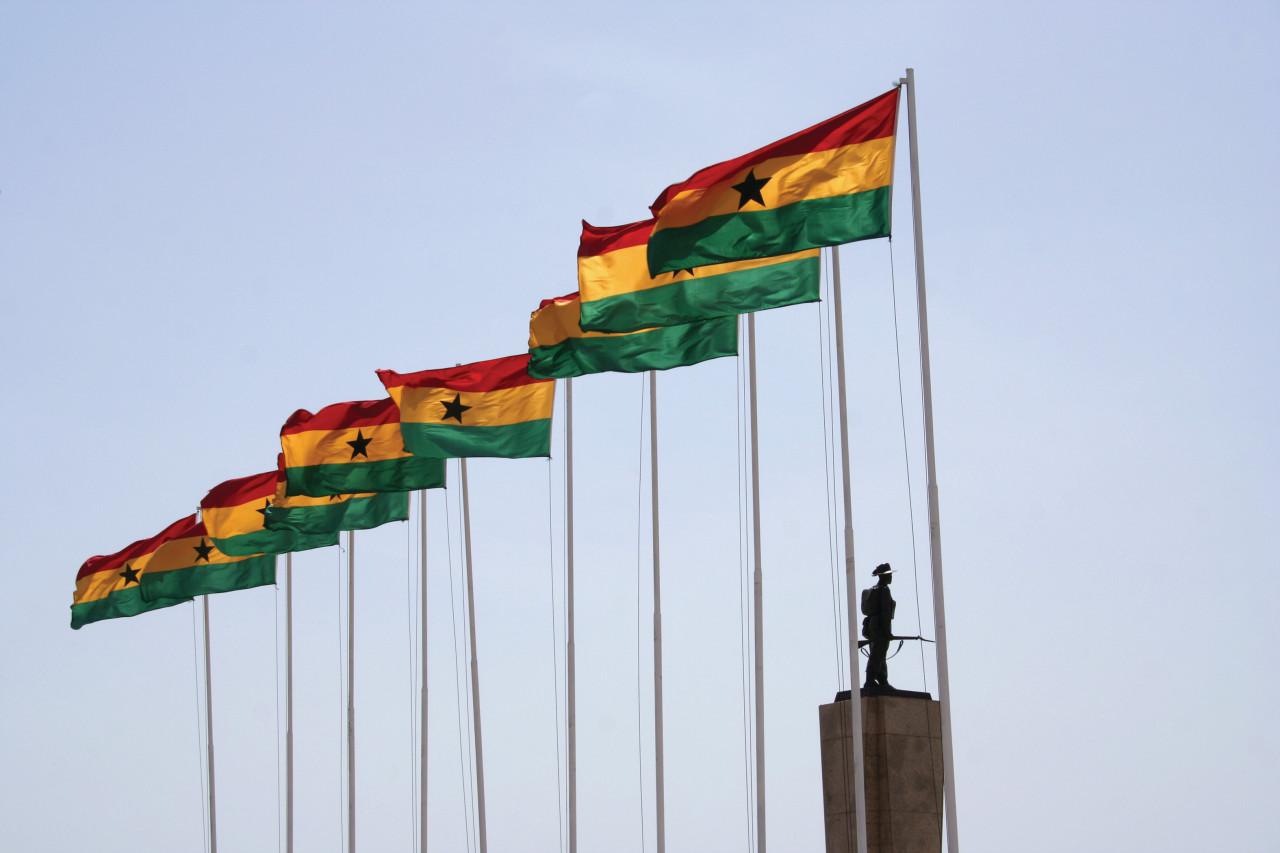 Drapeaux ghanéens flottant dans la ville d'Accra. (© Peeter VIISIMAA - iStockphoto))