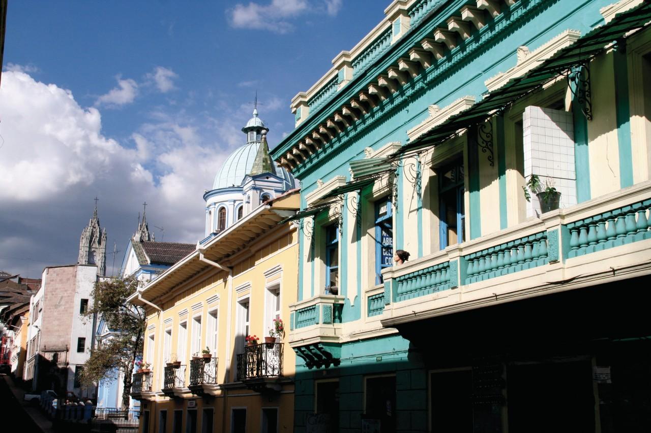 Rue colorée du Quito colonial. (© Stéphan SZEREMETA))