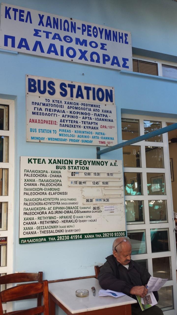 L'arrêt de bus à Paleohora rue Venizelou. (© Alex VUCKOVIC))