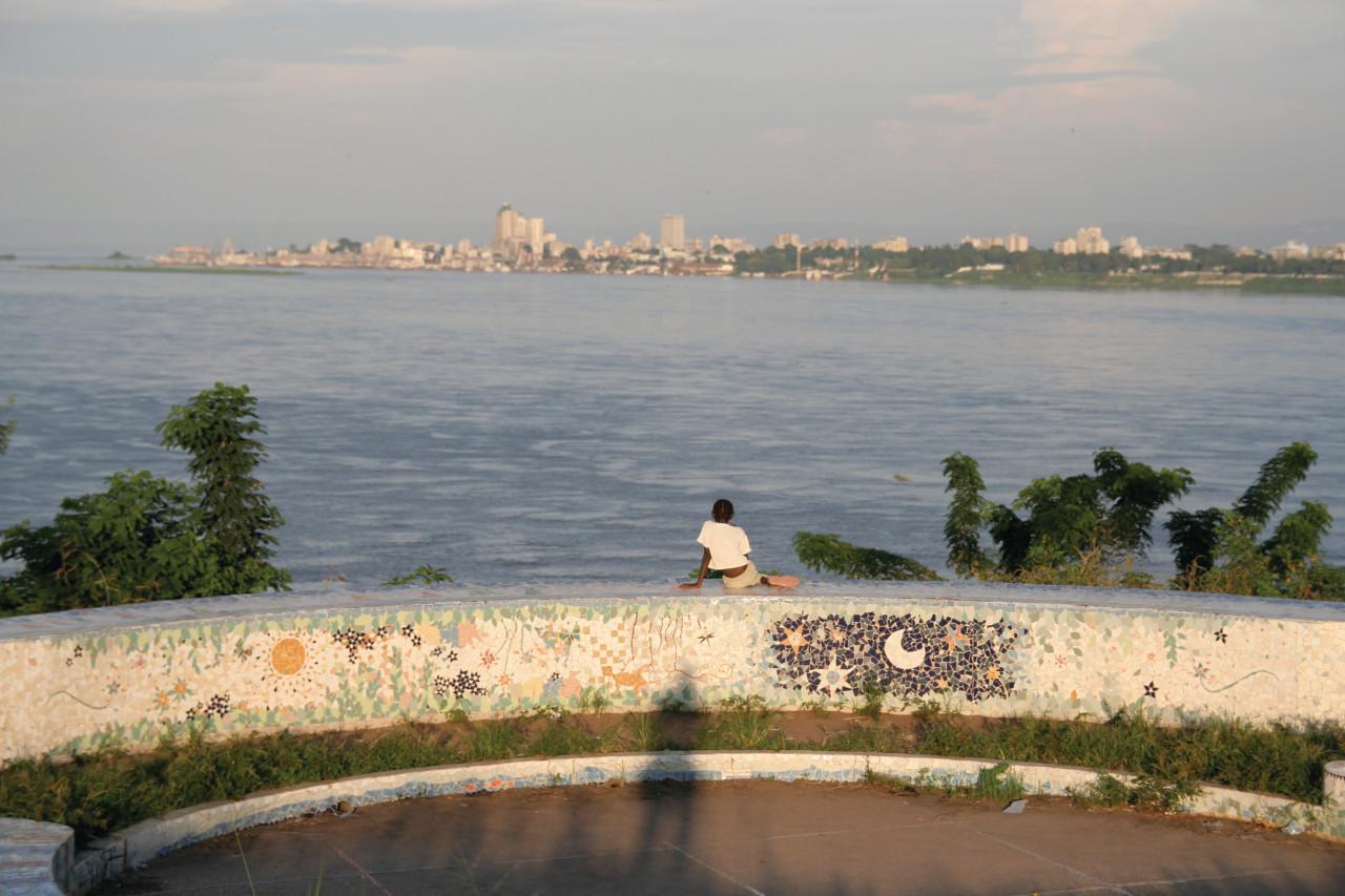 Fillette contemplant Kinshasa. (© Stéphane DAMANT))