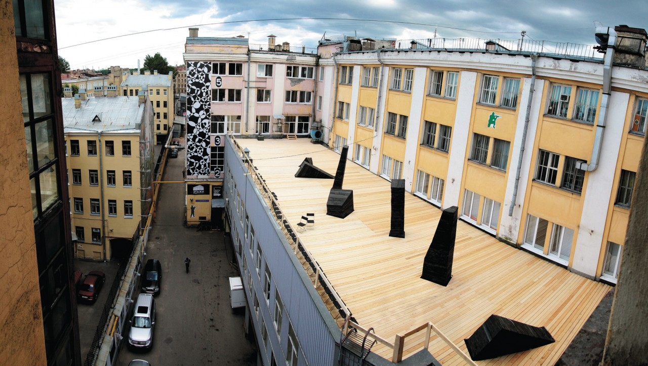 Vue sur le bâtiment du Loft Project Etazhi, la terrasse est investie par un resto aux beaux jours. (© Loft Project Etazhi))
