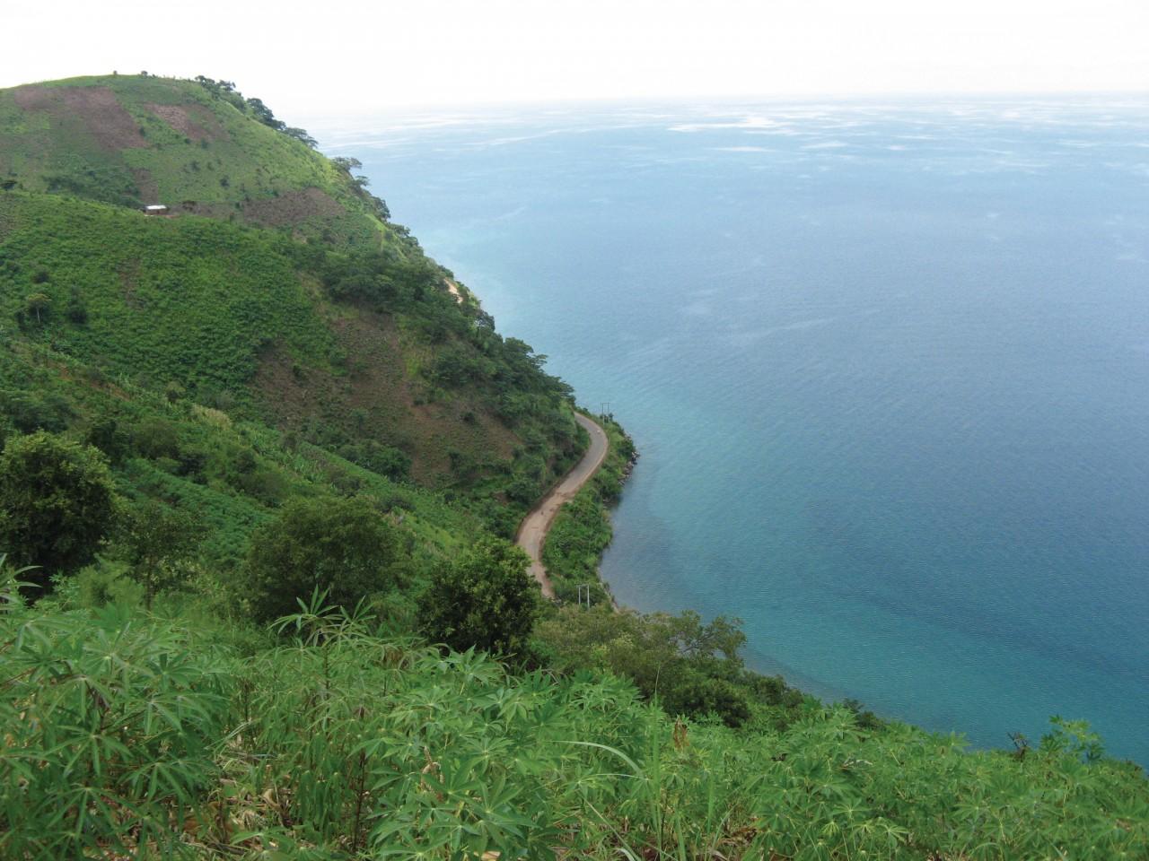 La corniche littorale vers le cap Mvugo. (© Nano GATIN))